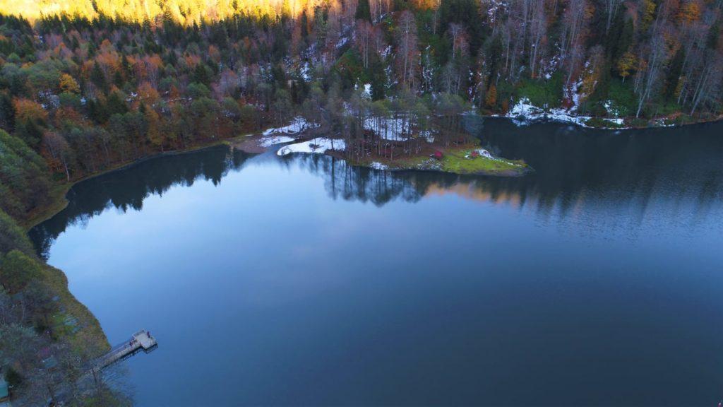 Sonbahardan kalma ağaçlar , kışa hazırlık yapan bir göl , doğanın tüm renkleri ve harika bir göl manzarası.  KARAGÖL , Artvin ilinin Borçka İlçesinde bir göl.Doğanın tüm güzellikleri sanki burada toplanmış